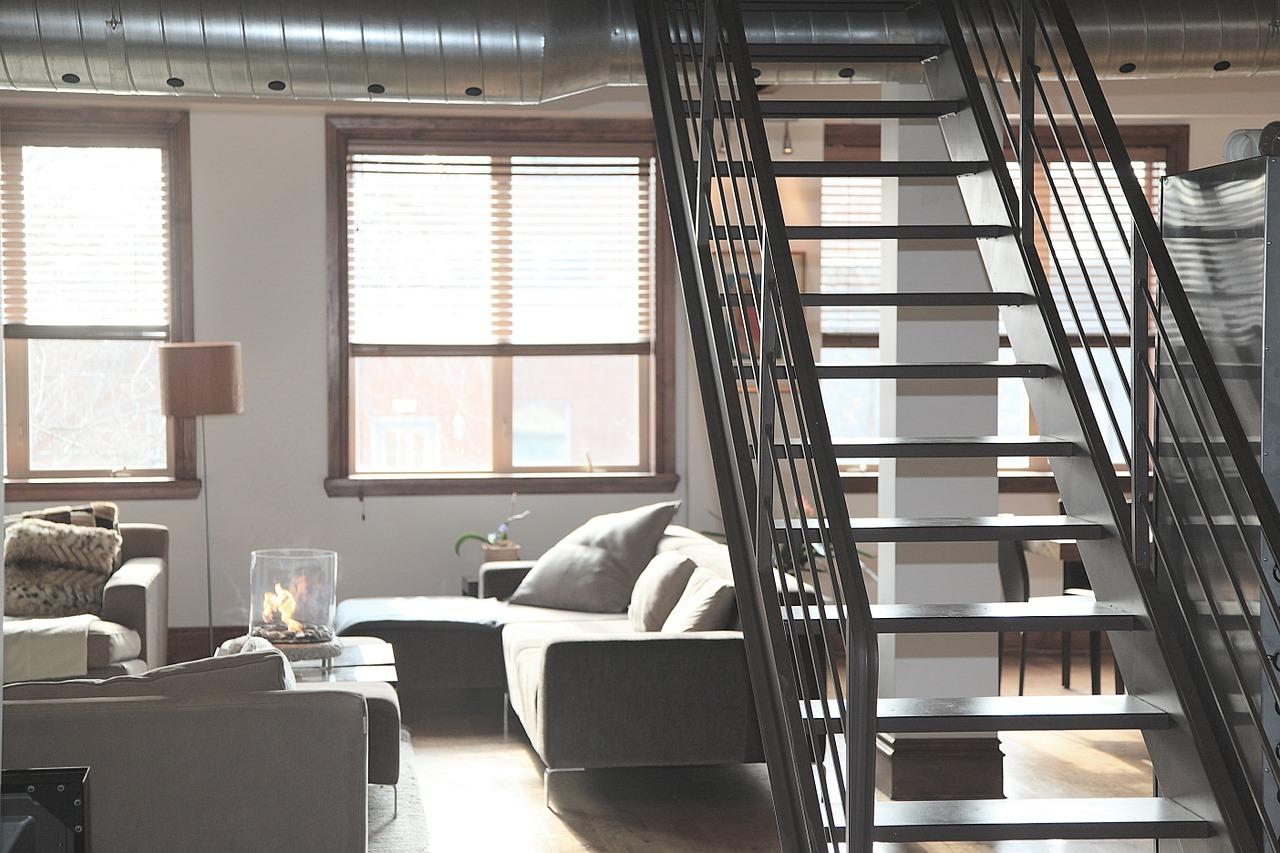 Schody strychowe – wygodny dostęp na strych